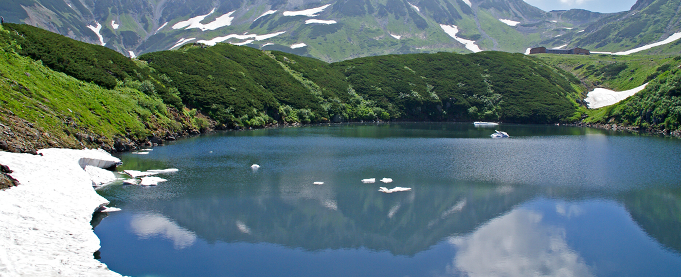 This is a volcanic crater lake. One of the most picturesque spots for a stroll at Murodo.