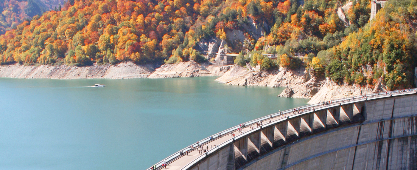 You can stroll along the top of the dam. In October, the fall foliage around the lake is also a must see.